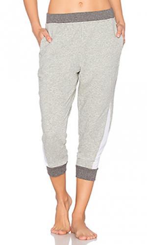 Укороченные брюки Skin. Цвет: серый