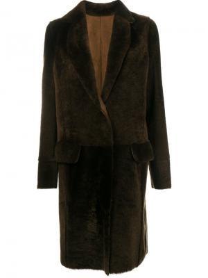 Пальто из овчины Yves Salomon. Цвет: коричневый