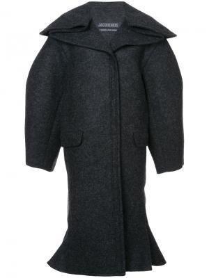Расклешенное пальто мешковатого кроя Jacquemus. Цвет: серый