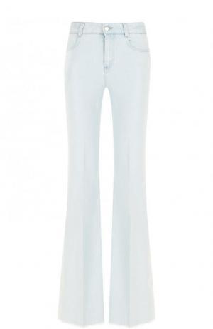 Расклешенные джинсы с потертостями и стрелками Stella McCartney. Цвет: светло-голубой