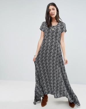 Raga Черно-белое платье макси с принтом Wild Love. Цвет: мульти