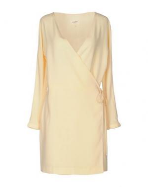 Короткое платье NANUSHKA. Цвет: желтый