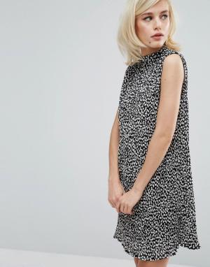 Fashion Union Плиссированное платье без рукавов с высоким воротом. Цвет: черный