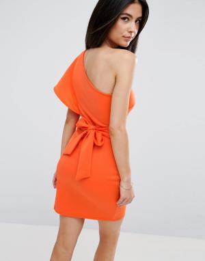 Club L Платье на одно плечо с оборкой и завязкой спине. Цвет: оранжевый