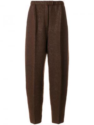 Суженные книзу брюки со складками спереди Boboutic. Цвет: коричневый