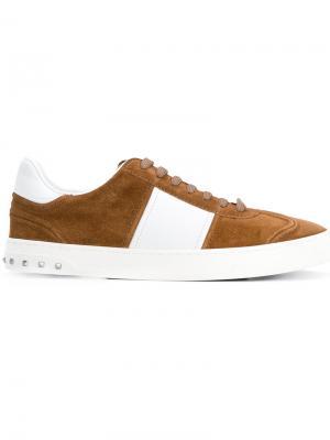 Кроссовки на шнуровке с заклепками Valentino. Цвет: коричневый
