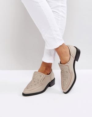 Sol Sana Телесные туфли на плоской подошве с заклепками в форме звезд. Цвет: бежевый