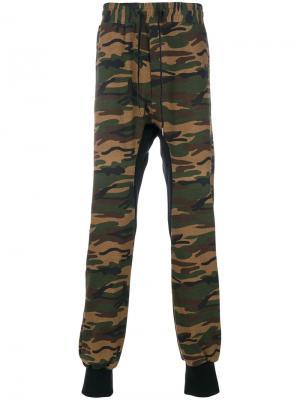 Спортивные брюки с камуфляжным принтом D.Gnak. Цвет: многоцветный