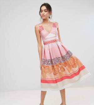 True Violet Платье миди для выпускного с принтом. Цвет: мульти