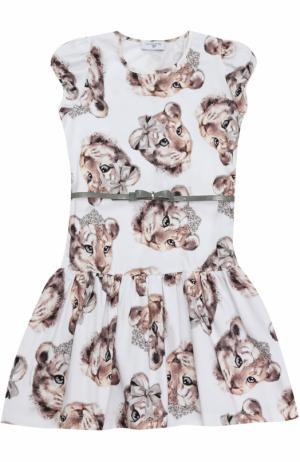 Платье с принтом и контрастным поясом Monnalisa. Цвет: разноцветный