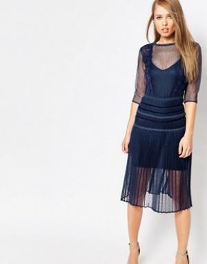 Body Frock Моделирующее платье с плиссированной юбкой и кружевом Louis. Цвет: темно-синий