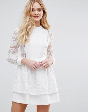 The English Factory Платье с кружевной накладкой на юбке. Цвет: белый