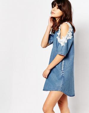 I Love Friday Джинсовое цельнокройное платье с открытыми плечами. Цвет: синий