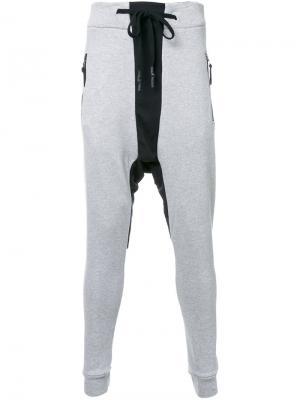 Спортивные брюки с заниженным шаговым швом 11 By Boris Bidjan Saberi. Цвет: серый