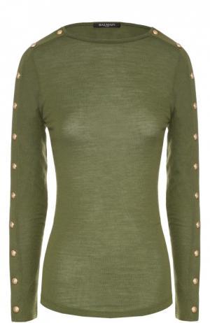 Приталенный пуловер с вырезом-лодочка и декоративной отделкой Balmain. Цвет: оливковый