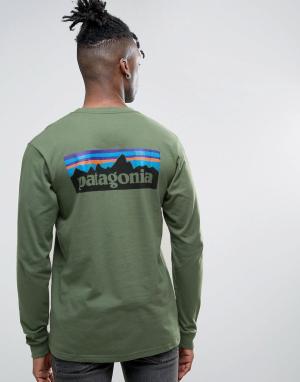 Patagonia Зеленый лонгслив классического кроя с логотипом на спине P-6. Цвет: зеленый