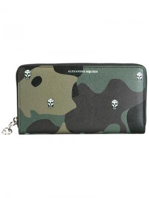 Камуфляжный кошелек с черепами Alexander McQueen. Цвет: зелёный