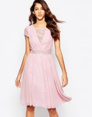 Laced In Love Приталенное платье с кружевным верхом. Цвет: розовый