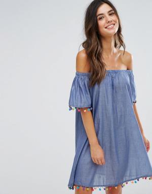 Anmol Пляжное платье из шамбре с открытыми плечами и помпонами. Цвет: синий