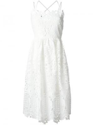Кружевное расклешенное платье Perseverance London. Цвет: белый