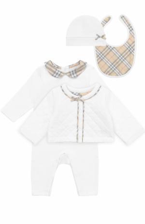 Хлопковый комплект из пижамы с нагрудником и кардигана шапкой Burberry. Цвет: белый