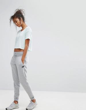 New Balance Серые трикотажные штаны. Цвет: серый