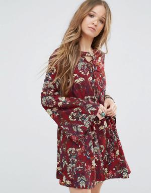 Moon River Платье с цветочным принтом и шнуровкой. Цвет: красный