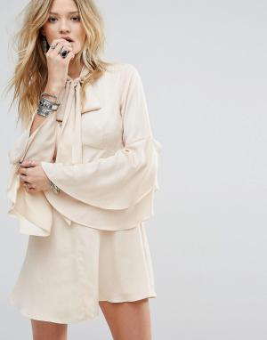Honey Punch Чайное платье на пуговицах с расклешенными рукавами и завязкой у горло. Цвет: бежевый