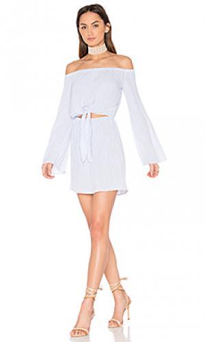 Платье с открытыми плечами и завязкой спереди LAcademie L'Academie. Цвет: белый