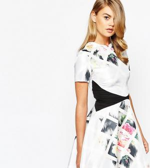 True Violet Короткое приталенное асимметричное платье с принтом. Цвет: мульти