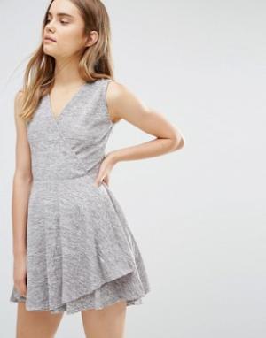 Wal G Короткое приталенное платье с запахом. Цвет: серый