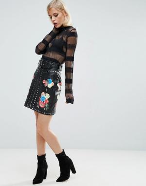 ASOS Кожаная мини-юбка с принтом и заклепками. Цвет: черный