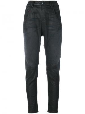 Зауженные джинсы с вощеным покрытием Diesel. Цвет: серый