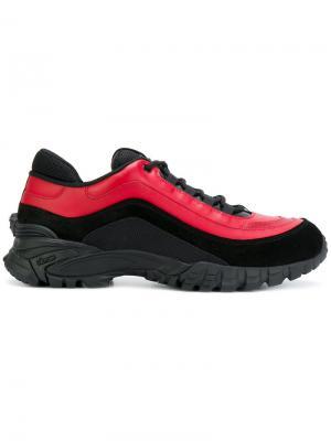 Кроссовки на шнуровке Versace. Цвет: красный