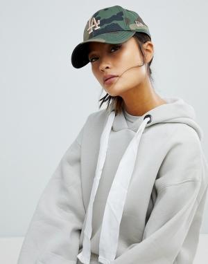 New Era Камуфляжная кепка с золотистой вышивкой LA 9Forty. Цвет: зеленый