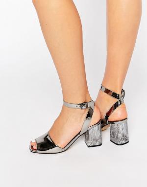 Office Серебристые сандалии на каблуке с зеркальным эффектом Melody. Цвет: серебряный