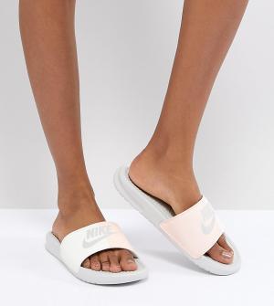 Nike Розовые шлепанцы Benassi. Цвет: розовый