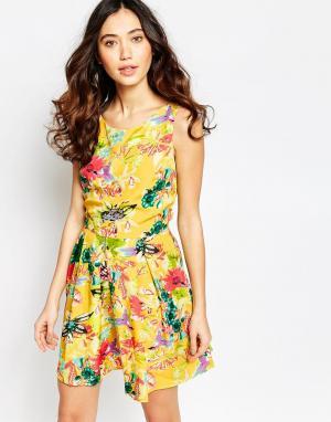 Iska Короткое приталенное платье с цветочным принтом. Цвет: желтый