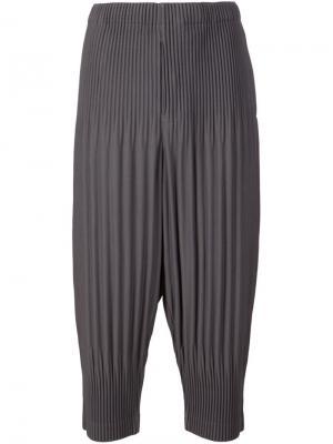 Укороченные плиссированные брюки Homme Plissé Issey Miyake. Цвет: серый