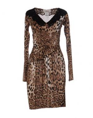 Короткое платье TOMASO. Цвет: верблюжий