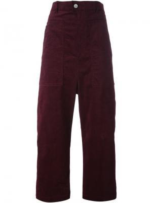 Укороченные бархатные брюки Julien David. Цвет: красный