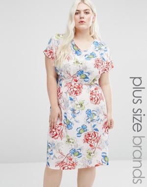 Koko Цельнокройное платье с принтом роз и боковыми разрезами Plus. Цвет: белый