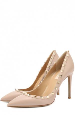 Кожаные туфли Rockstud на шпильке Valentino. Цвет: бежевый
