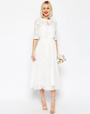 ASOS Кружевное платье-бандо миди для выпускного с укороченным пиджаком. Цвет: белый