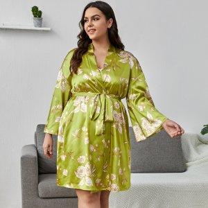 1 комплект большого размера, атласная ночная рубашка с цветочным узором на самошнуровке SHEIN. Цвет: оливково-зеленый