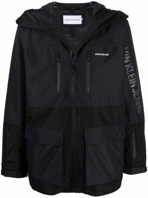 Куртка с капюшоном и логотипом Calvin Klein Jeans. Цвет: черный