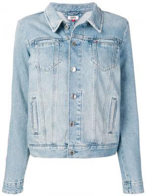 Джинсовая куртка с логотипом на рукавах Tommy Jeans. Цвет: синий