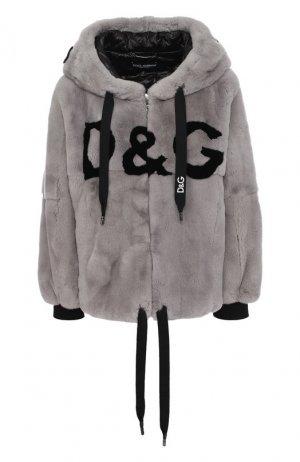 Шуба из меха кролика с капюшоном и логотипом бренда Dolce & Gabbana. Цвет: серый
