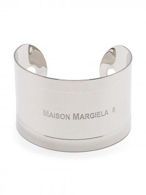 Браслет-кафф с гравированным логотипом MM6 Maison Margiela. Цвет: серебристый