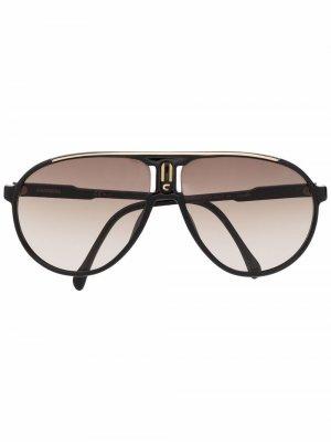 Солнцезащитные очки-авиаторы с логотипом Carrera. Цвет: черный